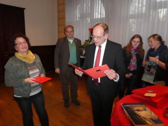 Der Minister Rainer Schmeltzer ehrte die Jubilare, hier die Beckinghausener Genossin Gabi Brüske.