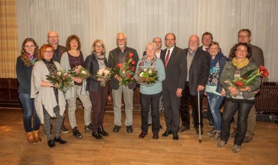 Die SPD-Ortsvereinsvorsitzenden Maike Püschel und Udo Kath ehrten zusammen mit Minister Rainer Schmeltzer die zahlreichen Jubilare.